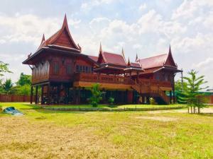 ขายถูก บ้านทรงไทยไม้สัก ยกสูง บนพื้นที่ 3 งาน พื้นที่ใช้สอย 526 ตร.ม